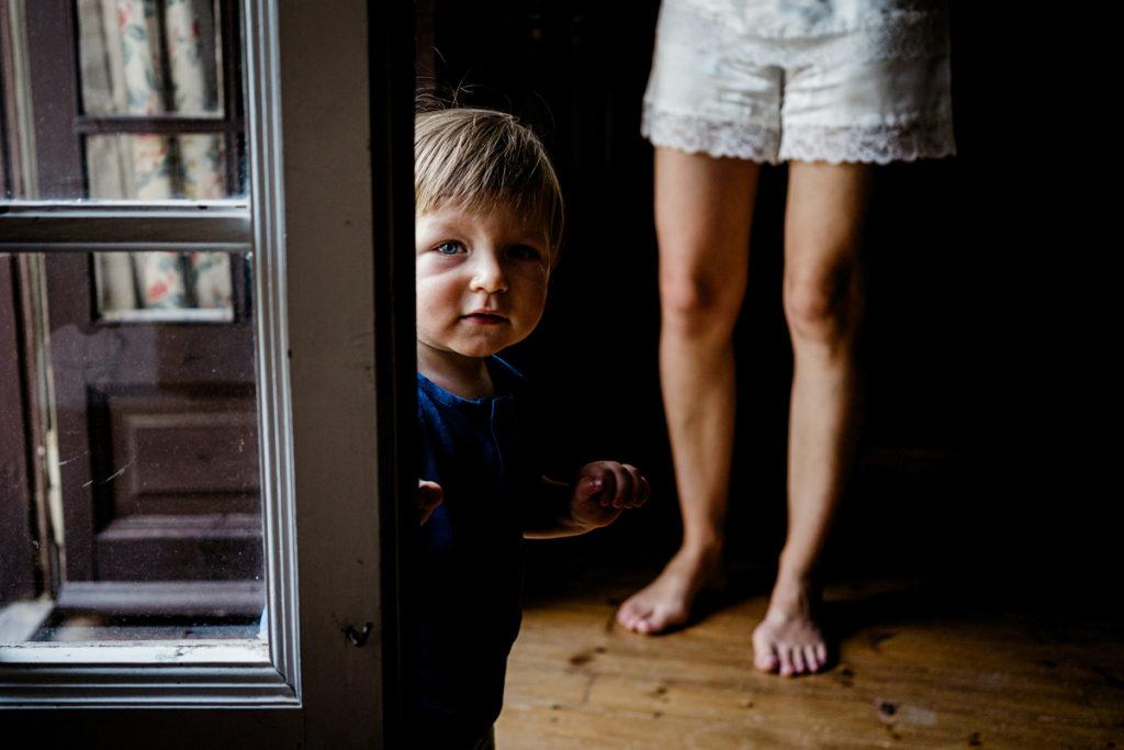 niño entrando en habitación