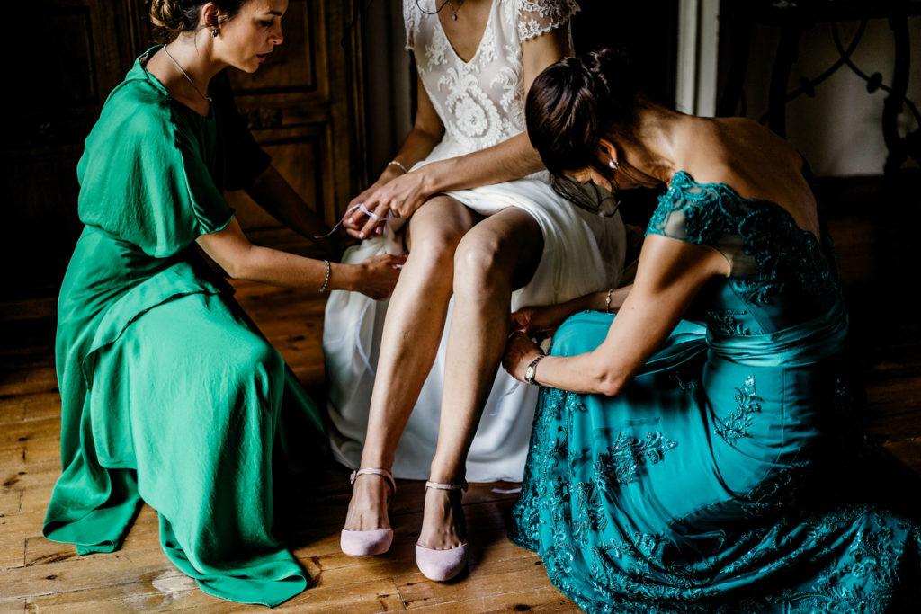 damas arreglando vestido de la novia