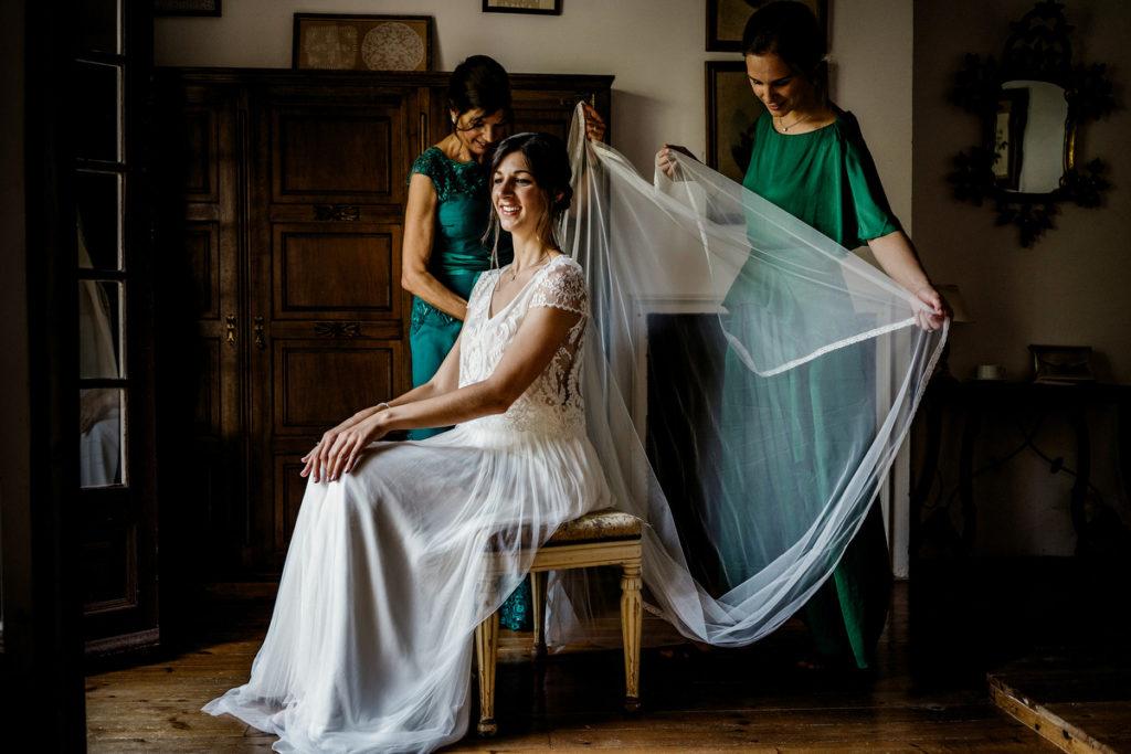 damas arreglando el velo de la novia