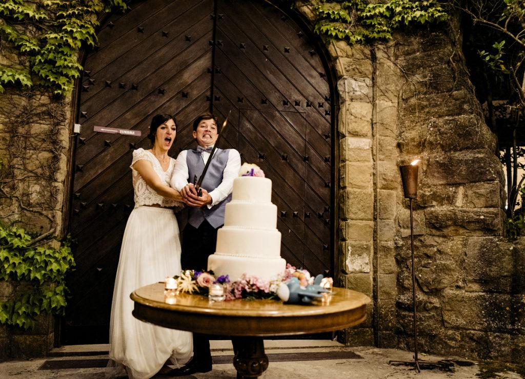 la pareja cortando el pastel